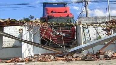 Carreta desgovernada atinge veículos e derruba muro de clube em Belo Horizonte - Uma mulher ficou ferida e foi levada para o hospital.