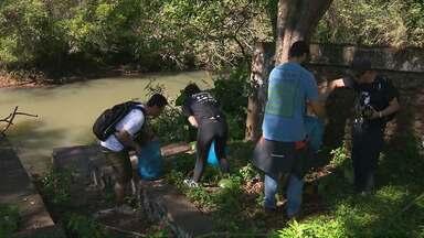 Grupo de aventureiros faz uma faxina no leito do rio que abastece 30% de Foz do Iguaçu - Eles retiraram lixo da beira do rio Tamanduazinho.