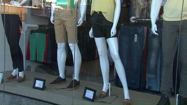 Com clima 'maluco', comerciantes ficam com dúvida na hora de expor as roupas - Com vitrines vestidas de verão, muitos consumidores ainda procuram por roupas de inverno.