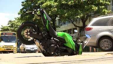 Moto avaliada em R$ 35 mil cai em bueiro no Bairro Benfica, em Fortaleza - Moto ficou com o pneu dianteiro dentro do buraca, mas o motorista não teve ferimentos.