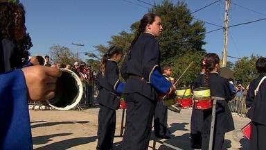 Banda que usa instrumentos de lata recicláveis se apresenta em Viamão no RS - Assista ao vídeo.