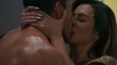Tamara provoca Apolo - Apolo cede a pressão e beija Tamara