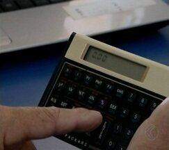 Juros são ameaça a quem deseja adiantar o 13º salário - Proximidade do pagamento leva bancos a oferecer adiantamento. Especialistas alertam para risco de prejuízo.