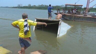 Caminhão com carga de frango afunda no Rio Mamoré - Um caminhão carregado com cerca de 400 caixas de frango afundou no Rio Mamoré em Guajará-Mirim na última sexta-feira (9), em um porto clandestino.