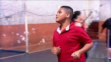 Três milhões de adolescentes brasileiros estão acima do peso - Número alarmante foi divulgado pelo IBGE no fim de agosto. Academia Americana de Pediatria afirma que os pais não devem focar no peso.