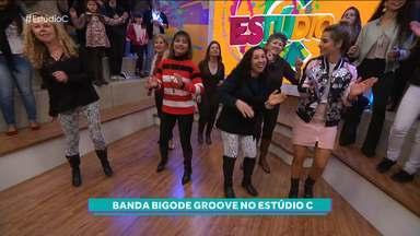 Hora de dançar - As meninas do grupo Dançando na Melhor Idade dançam e curtem o som da Banda Bigode Groove