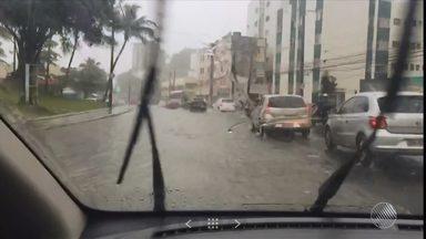 Manhã chuvosa deixa ruas alagadas em Salvador; veja na previsão do tempo - Saiba como fica o tempo no estado.