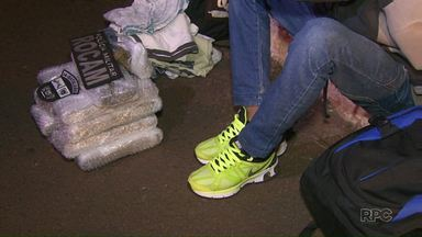 Polícia apreende adolescente por tráfico de drogas - Ele estava em um ônibus que seguia para Curitiba.