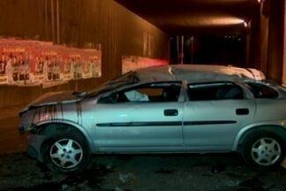 Motorista fica ferido após acidente em Divinópolis - Acidente foi na trincheira da Rua Goiás, na noite de quarta-feira (14). Corpo de Bombeiros foi acionado e levou ferido até uma UPA.