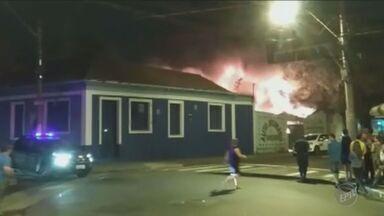 Tapeçaria é atingida por incêncio em Indaiatuba, SP - Ação ocorreu na noite da quarta-feira (14). De acordo com o Corpo de Bombeiros, a suspeita é que o fogo tenha sido causado por um curto-circuito.