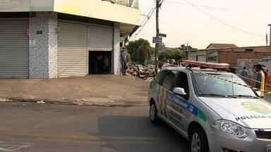 Jovem é morto ao fazer padeiro refém durante assalto em Goiânia - Vídeo mostra momento em que suspeitos invadem supermercado; assista.Segundo PM, criminosos fizeram vários disparos contra a corporação.