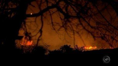 Bombeiros controlam incêndio em área de vegetação em Sorocaba - Um incêndio atingiu uma área de mato na Avenida 3 de Março, no Jardim do Paço, em Sorocaba (SP), nesta quarta-feira (14). Uma equipe do Corpo de Bombeiros foi ao local para controlar as chamas que duraram cerca de 5 horas.
