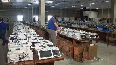 Urnas que serão usadas nas eleições começam a ser preparadas - Em Curitiba, a preparação está sendo feita no depósito do Tribunal Regional Eleitoral.