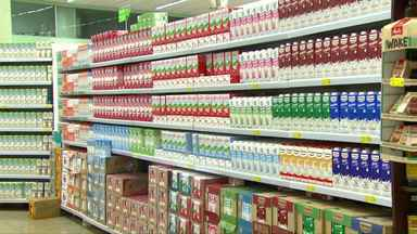 Preço mais baixo do leite anima os consumidores - Em muitos supermercados, preço da caixinha de leite está R$ 2,59.