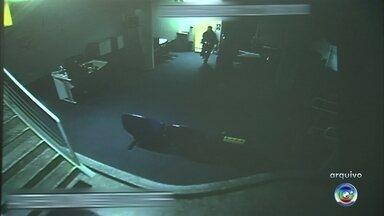 Dupla invade agência bancária e foge com armas da equipe de segurança - Dois homens invadiram uma agência bancária durante a madrugada desta quinta-feira (15), na avenida Ipanema, em Sorocaba (SP). De acordo com a Polícia Militar, a dupla furtou três revólveres da equipe de segurança. Eles quebraram os vidros da frente, armários e as câmeras de segurança. Ninguém foi preso.