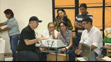 JPB2JP: Mesários seguem sendo treinados para o dia das eleições - Recebem orientações e aprendem a mexer nos equipamentos.
