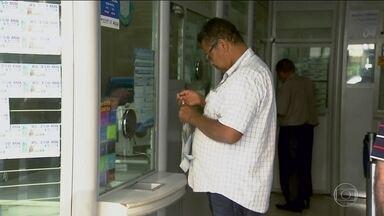 Greve nos bancos provoca uma corrida às casas lotéricas - Com a greve dos bancários, quem precisa pagar contas está encarando filas e mais filas pra quitar os débitos.
