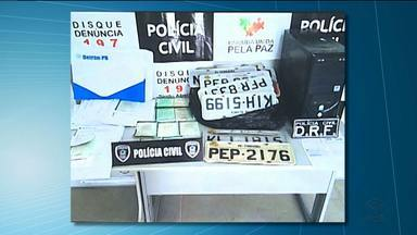 Policiais prendem três pessoas acusadas de receptação e clonagem de veículos - Um dos suspeitos é filho de um funcionário efetivo do Detran.