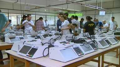 Municípios do AM começam a receber urnas para eleições 2016 - 3.868 urnas vão para o interior do estado até segunda-feira (19).