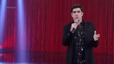 Marcelo Adnet abre Adnight comentando as últimas notícias - Política e curiosidades sobre celebridades entram na pauta