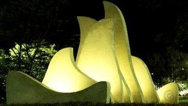 """Monumento de estudante de Bauru é inaugurado no Parque Vitória Régia - Na tarde desta sexta-feira (16), será inaugurado um monumento criado em homenagem aos Jogos Olímpicos e Paralímpicos por um estudante de artes da Unesp de Bauru (SP). A obra """"Piro Agogô"""" é de autoria de Rafael Antonio Barci Leite."""