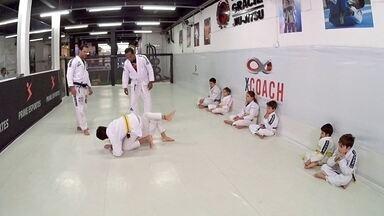 Hoje é dia de artes marciais: Jiu-Jitsu anti-bullying - Alexandre Henderson acompanha uma aula de Jiu-Jitsu anti-bullying para crianças.