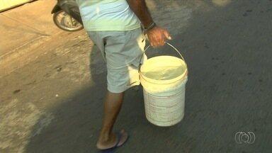 Moradores se solidarizam para enfrentar a falta de água em Aparecida de Goiânia - Saneago diz que está operando com capacidade máxima, mas problema só deve ser resolvido quando voltar a chover. Fiscalização flagra desvio da água de rio para irrigação de lavouras.
