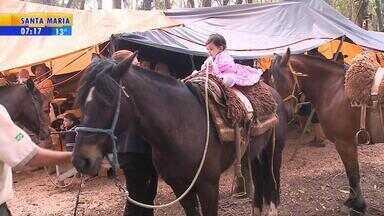 Centenas de pessoas participam dos Festejos Farroupilhas em Caxias do Sul - O Parque da Festa da Uva virou acampamento.