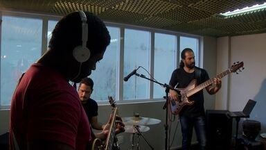 Três músicos misturam estilos musicais e criam a banda Jazzmine - Os três músicos de Brasília reuniram estilos musicais, tendo como referência principal o jazz e o resultado é uma música de qualidade e com muito ritmo.