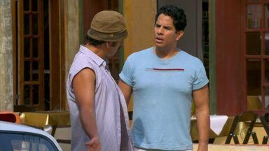 Sem dinheiro, Sandro se desespera - Jiló sugere que ele venda seu carro para pagar a pensão de Patrick