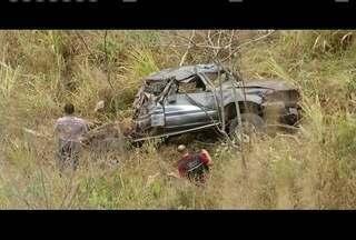 Acidente na BR-381 deixa uma pessoa morta - O veículo atravessou a pista, invadiu contramão e caiu em barranco.