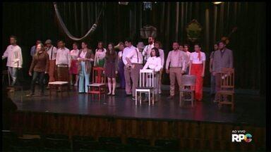 Coro de Ponta Grossa faz interpretação cênica no Cine Ópera - Artista escolhido foi o rei do rock, Elvis Presley. Entrada é a doação de um livro.