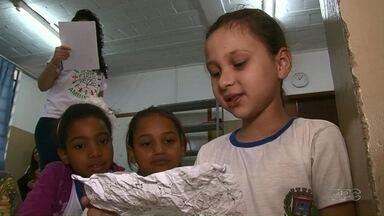 """Alunos de escolas de Umuarama aprendem sobre a importância de cuidar das árvores - O projeto de educação ambiental é realizado nas salas de aula. A ideia surgiu depois do """"abraço"""" ao Bosque Uirapuru no ano passado."""