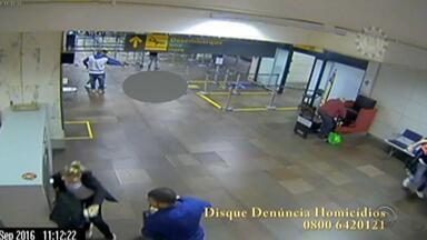 MP denuncia suspeito de matar jovem no aeroporto de Porto Alegre - Marlon Roldão, 18 anos, foi morto a 17 tiros no terminal 2 do Salgado Filho. Homem de 25 anos foi denunciado; adolescente de 16 participou do crime.