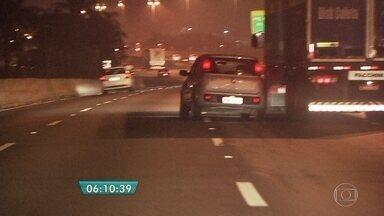 Carro circula em zigue-zague em pista da Marginal Tietê - Várias vezes o motorista vai em direção ao canteiro e quase bate na mureta de proteção. Outras duas vezes o carro quase bate em caminhões.