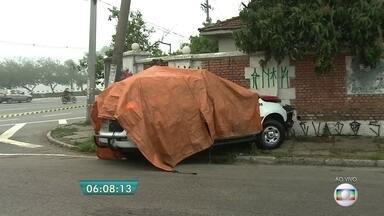 Carro da PM bate em muro do Jockey Club - O carro da Polícia Militar bateu contra o muro do Jockey Club, na Zona Sul de São Paulo. Os policiais que estavam dentro do veículo ficaram feridos.