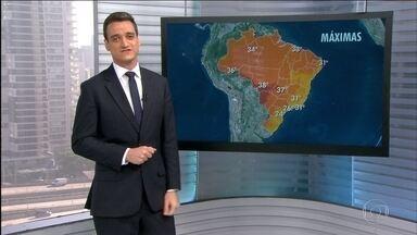 Tempo fica seco e quente na maior parte do Sul do país - Boa parte da metade Sul do Brasil ficará com tempo seco e quente. A umidade do ar vai ficar abaixo dos 30%. Em São Paulo, o dia começou com muita névoa, mas as temperaturas devem ficar altas.