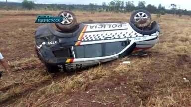 Veículo da PM capota na DF-001 - O acidente foi próximo ao Paranoá e ao Itapoã. Os PMs foram levados para o hospital, mas já passam bem.