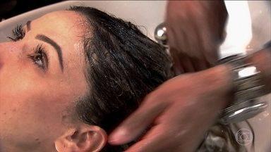 Shampoo sem espuma vira moda entre as mulheres - A presença do sulfato no shampoo é o responsável pela espuma na hora de lavar os cabelos. Mas sem a substância, na composição também é possível limpar os cabelos.