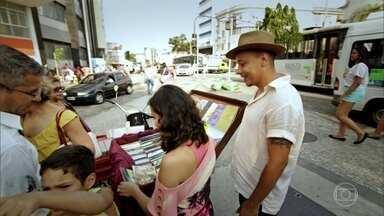 Livreiro usa bicicleta para ganhar a vida em praça da zona norte do Rio - Ivan largou emprego num sebo para vender livros e discos na rua. Já Karina vende sanduíches num dos cenários mais bonitos do país.