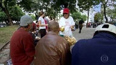 Grupo trabalha de graça para levar conforto a moradores de rua - Voluntários levam suco, café e sanduíche, fazem preces e distribuem roupas para mais de 100 moradores de rua no Rio de Janeiro.