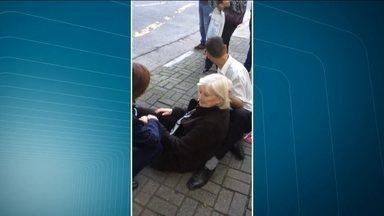 Idosa vai parar no hospital após cair em calçada de Moema - As calçadas podem se transformar em armadilhas, especialmente para os mais velhos. A senhora, de 89 anos, caiu e cortou a cabeça.