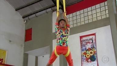 Fazer acrobacias em tecidos é opção diferente para se exercitar no Recife - Na capital, aulas podem ser feitas na Escola Pernambucana de Circo e no Clube Alemão.