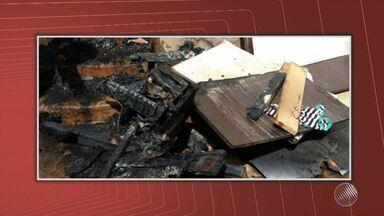 Criança morre durante incêndio e avó fica com queimaduras no extremo sul do estado - De acordo com a polícia, o garoto e dois irmãos dele brincavam com um fósforo em cima do colchão quando o incêndio começou.