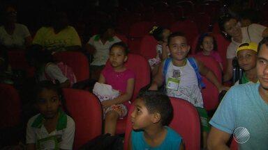 Crianças se divertem no 'Festival Nacional de Teatro Infantil' em Feira de Santana - Cerca de 50 espetáculos serão realizados até quarta-feira (12). Confira na reportagem.