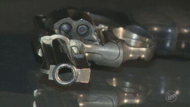 Dois acabam presos após perseguição policial e troca de tiros em Campinas - Ação aconteceu na noite da segunda-feira (10) no Padre Anchieta. Suspeitos estavam numa moto roubada e com armas de numeração raspada.