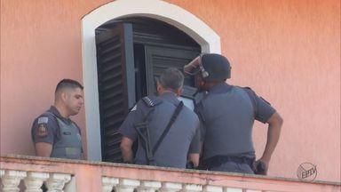 Grupo assalta mercado e faz clientes reféns em Santa Cruz das Palmeiras - Equipe da Polícia Militar está no local para negociar com os assaltantes.Alguns foram soltos, mas invasores permanecem com duas vítimas.