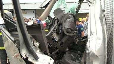 Crack é encontrado em caminhão acidentado na Rodovia do Contorno - Acidente aconteceu na segunda-feira (10) e duas pessoas morreram. Droga foi encontrada dentro de um micro-ondas no baú do caminhão.