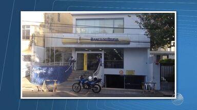 Grupo armado assalta agência bancária no bairro do Canela - Polícia divulgou imagens feitas pelas câmeras de segurança do banco, que mostra a ação dos suspeitos.