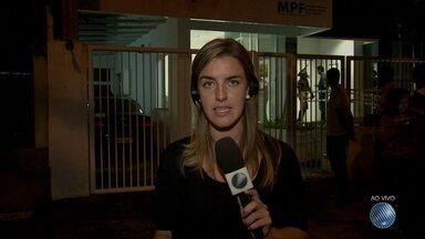 Reunião discute o impasse entre índios e moradores de Itaju do Colônia - Moradores da cidades fizeram manifestação após os índios ocuparem a entrada o bairro Parque dos Rios.